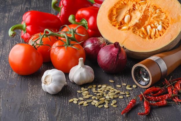Ingrediënten voor traditionele creap pompoensoep op rustieke tafel