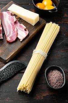 Ingrediënten voor traditionele italiaanse pasta alla carbonara