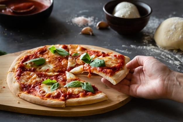 Ingrediënten voor traditionele italiaanse pizza margherita
