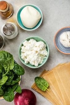 Ingrediënten voor vegetarische spinazie en ricotta lasagne
