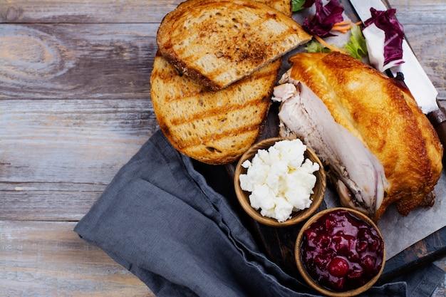 Ingrediënten voor zelfgemaakte kalkoensandwich met cranberrysaus