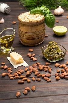 Ingrediënten voor zelfgemaakte pesto basilicum blaadjes, parmezaan, pijnboompitten,