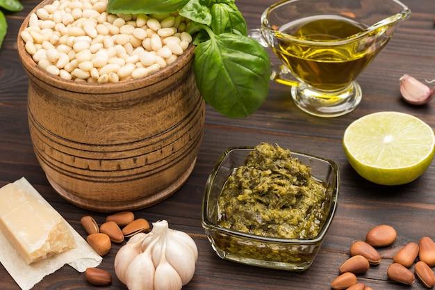 Ingrediënten voor zelfgemaakte pesto basilicumblaadjes, parmezaan, pijnboompitten, knoflook,