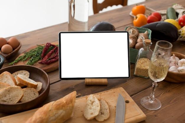 Ingrediëntenarrangement met tablet met leeg scherm