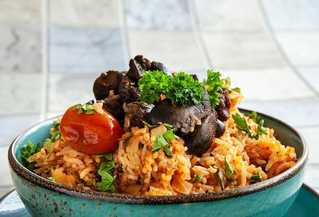 Inheems ghanees, afrikaans-caraïbisch eten jollof rice met tomatensaus, regionale kruiden, kippenvlees en slachtafval.