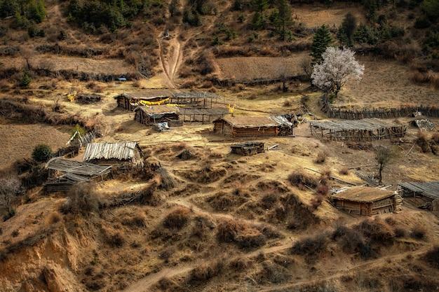 Inheems huis die op een sneeuwberg iiving, sichuan, china.