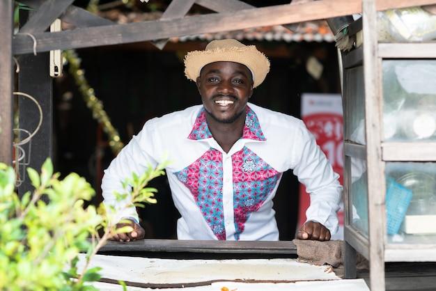 Inheemse afrikaanse man thuis met glimlach en gelukkig