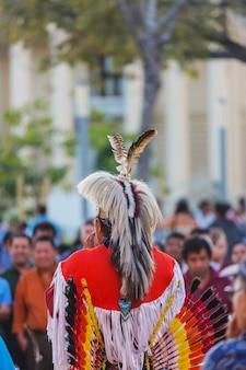 Inheemse amerikaanse dansers tonen hun traditionele dansen op het centrale plein van san salvador