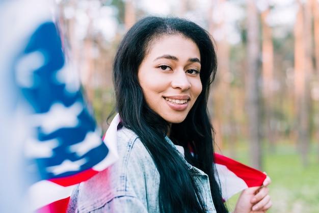 Inheemse amerikaanse vrouw met de vlag van de vs