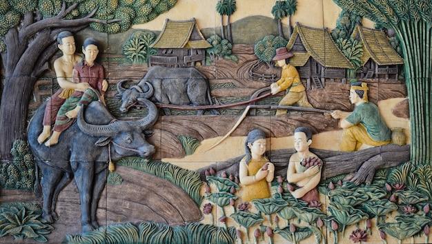 Inheemse cultuur thaise gipspleister op steenmuur, thailand