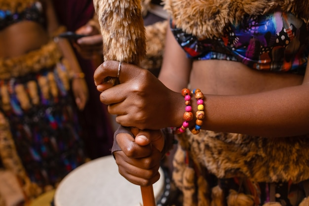 Inheemse maleisische inheemse ambachtsvrouw die een speer maakt voor de jacht