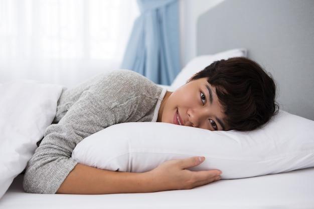 Inhoud jonge aziatische meisje rusten in bed