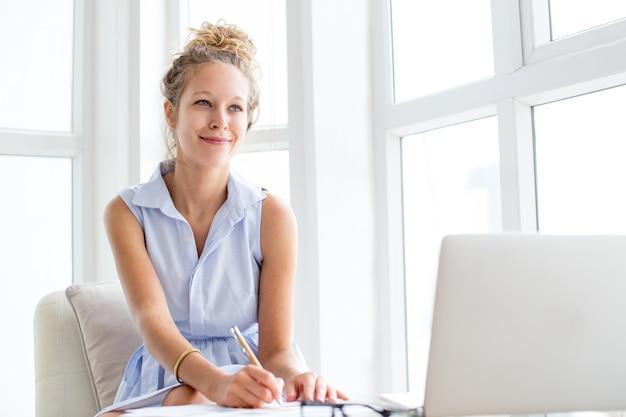 Inhoud vrouw werken met documenten op loggia