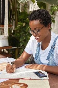 Inhoud zwarte vrouw met kort kapsel, gekleed in sarafan denim