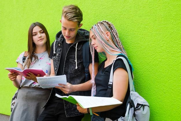 Inhoudsstudenten leren samen materiaal