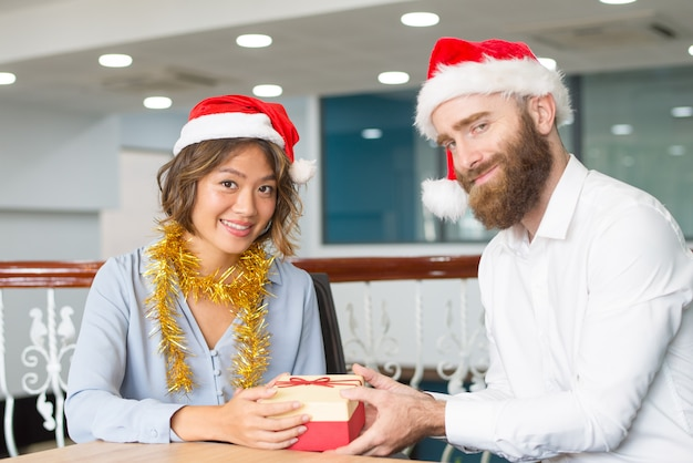 Inhoudszakelijke collega's in kerstmutsen