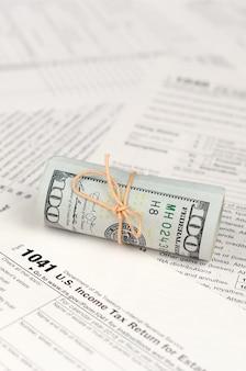 Inkomstenbelastingaangifte voor estates en trusts formulier met rol van amerikaanse dollar bankbiljetten