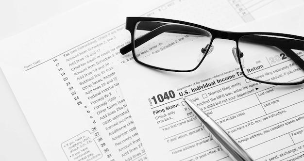 Inkomstenbelastingformulier 1040 van de amerikaanse irs internal revenue service van de verenigde staten voor het opstellen van inkomstenrapportage met financiële documenten