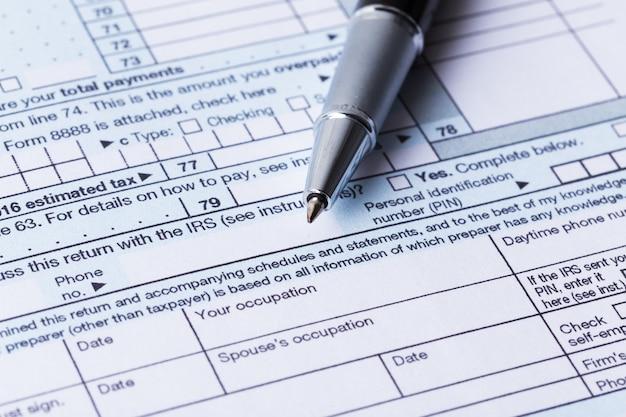 Inkomstenbelastingformulier en pen