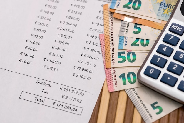 Inkooporder met eurobankbiljetten en rekenmachine
