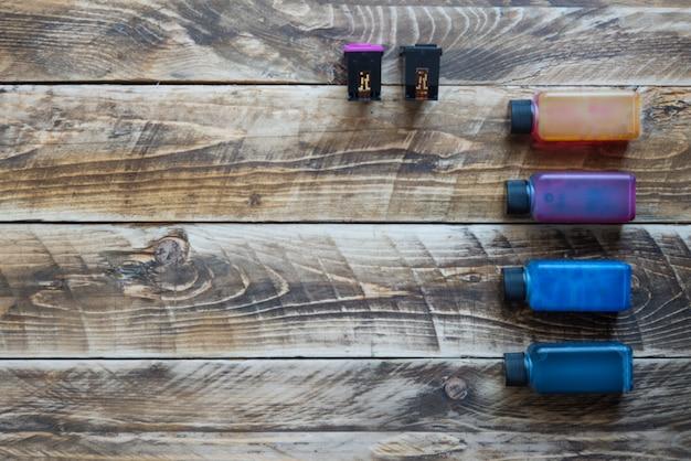 Inkt voor printer op houten achtergrond