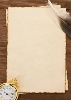 Inktpen en horloge op perkamenttextuur
