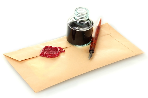 Inktpen, inktpot en oude brief op wit wordt geïsoleerd