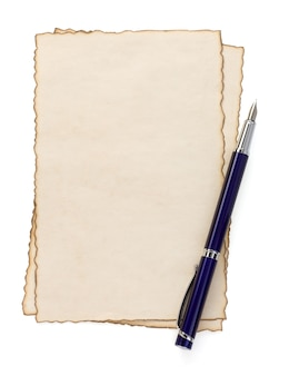 Inktpen op papier perkament geïsoleerd op wit