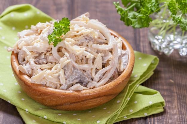 Inktvis-kaassalade met champignonsaus en mayonaisesaus