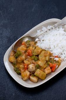 Inktvisstoofpot met gekookte rijst op schotel