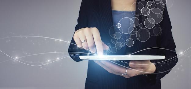 Innovatie, big data-concepttechnologie. witte tablet in zakenvrouw hand met digitale hologram circulaire diagram pictogram teken op grijze achtergrond.