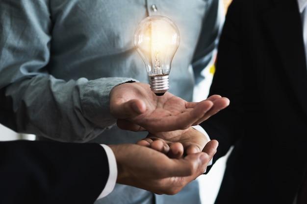 Innovatie en idee van een professionele leider met teamwork met verlichtingslamp