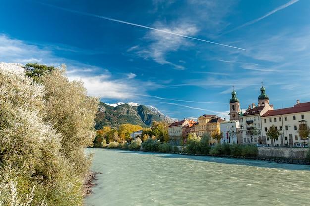 Innsbruck, oostenrijk. kleurrijke huizen aan de rand van de rivier de inn.