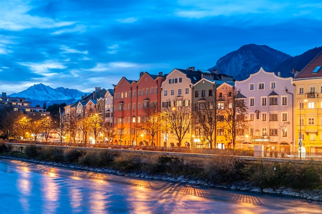 Innsbruck oostenrijk kleurrijke huizen aan de rivier in de schemering