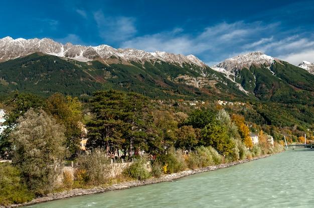 Innsbruck tiroloostenrijk kleurrijke huizen aan de rivier de inn