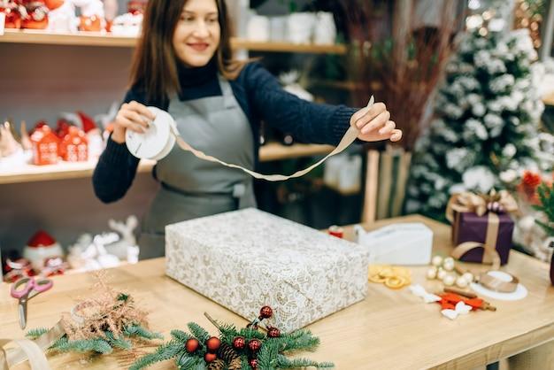 Inpak- en decoratieproces voor kerstcadeaus