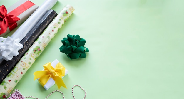 Inpakpapier strikken en lint klaar om cadeautjes in te pakken