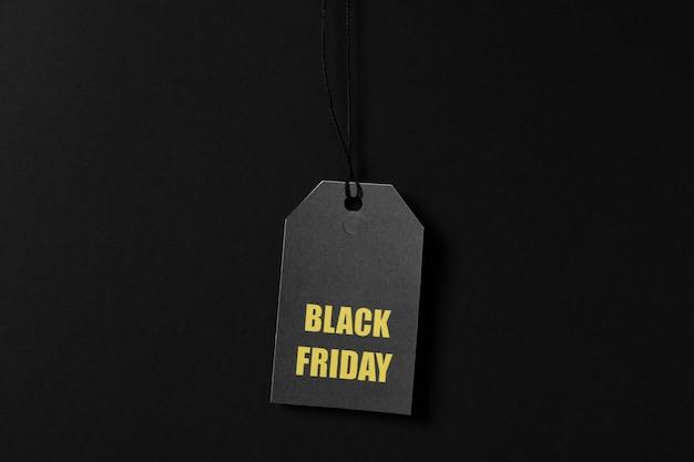 Inschrijving black friday op prijskaartje op zwarte ruimte, kopie ruimte