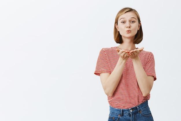 Inschrijving en vrouwelijk schattig meisje waait luchtkus