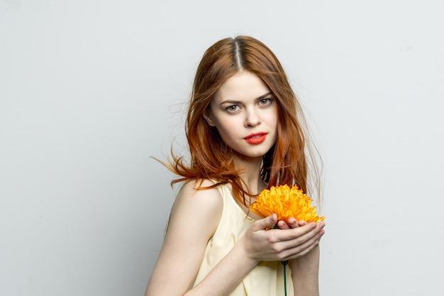 Inschrijving meisje met een gele bloem in haar handen