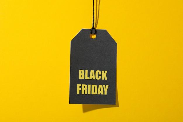 Inscriptie black friday op prijskaartje op gele ruimte, kopie ruimte