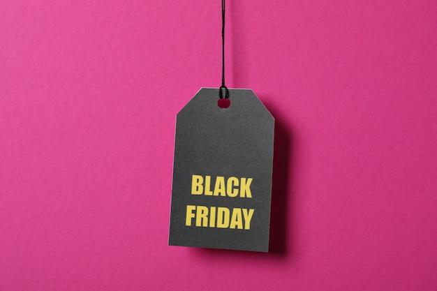 Inscriptie black friday op prijskaartje op roze ruimte, kopie ruimte