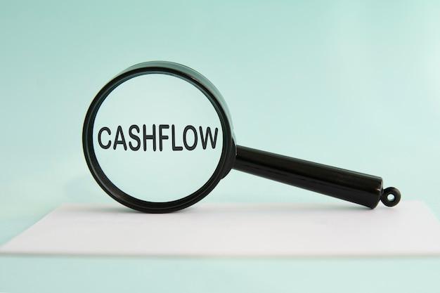 Inscriptie cashflow op vergrootglas, business, concept