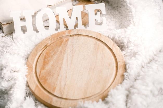 Inscriptie huis van houten grote witte letters