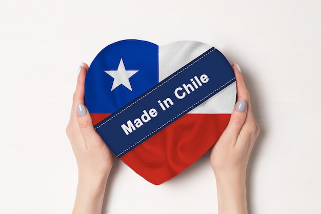 Inscriptie made in chile in de vlag van chili op hartvormige doos