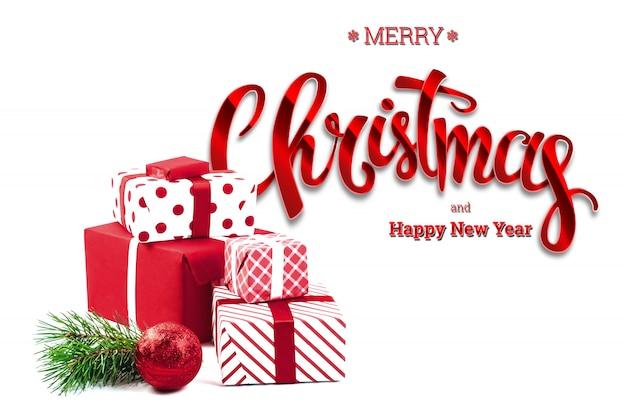 Inscriptie merry christmas, presenteert, rode bal, op wit. kerstkaart, vakantieachtergrond. gemengde media.