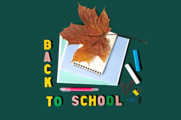 Inscriptie terug naar school met schoolbenodigdheden, banner achtergrond