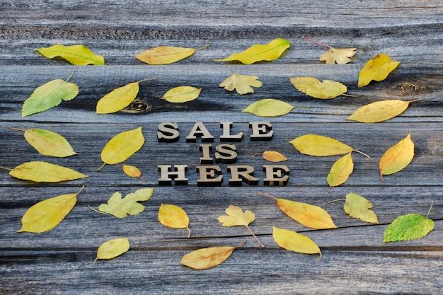 Inscriptie verkoop is hier. frame van gele bladeren