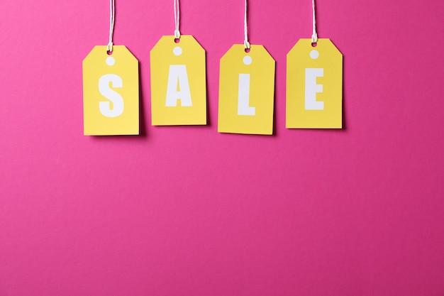 Inscriptie verkoop op prijskaartjes op roze ruimte. black friday-concept