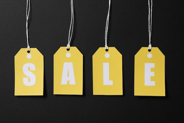 Inscriptie verkoop op prijskaartjes op zwarte ruimte. black friday-concept